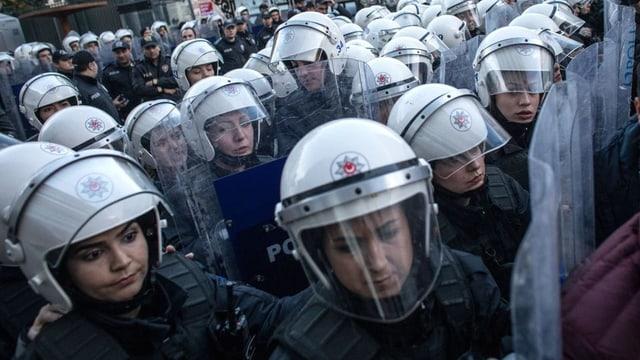 Türkische Polizistinnen in Kampfmontur stehen in Reih und Glied.