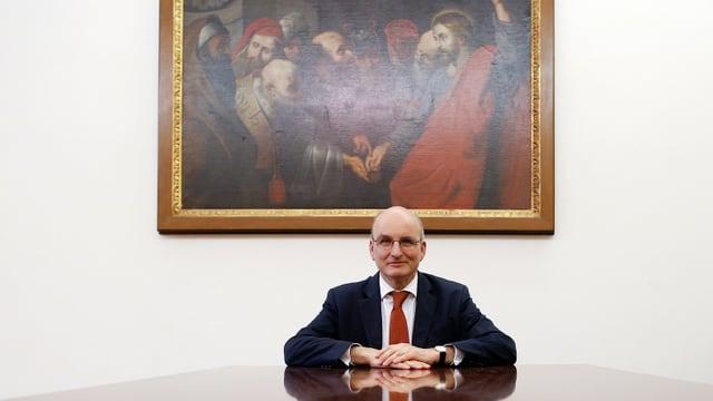 Der Chef der Vatikan-Bank, Ernst von Freyberg, sitzt an einem grossen Glastisch