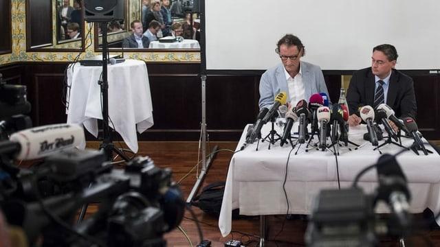 Geri Müller mit seinem Anwalt an einer Medienkonferenz