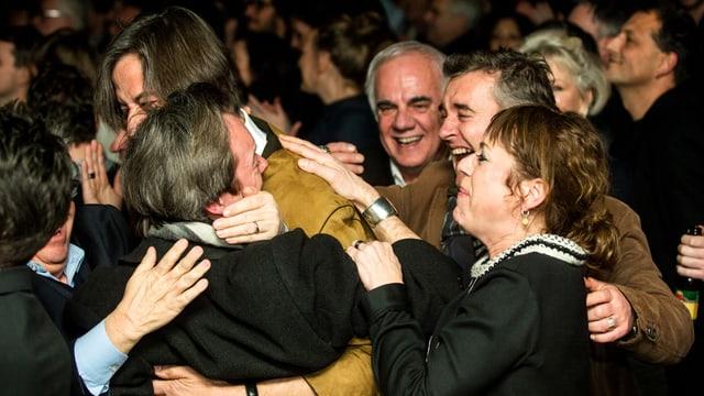 Menschen, die sich freuen und umarmen.