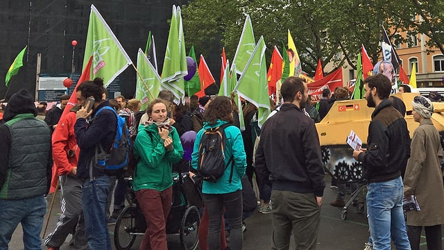 Demonstranten versammeln sich auf dem Helvetiaplatz.