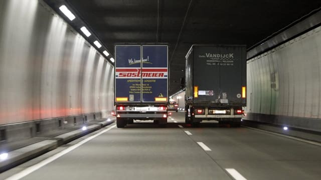 Zwei Lastwägen im Gotthardtunnel