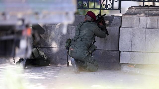 Sicherheitskräfte umstellen das Bardo-Nationalmuseum (18.3.2015)