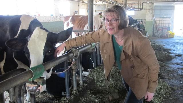 Liselotte Peter im Stall auf ihrem Bauernhof.