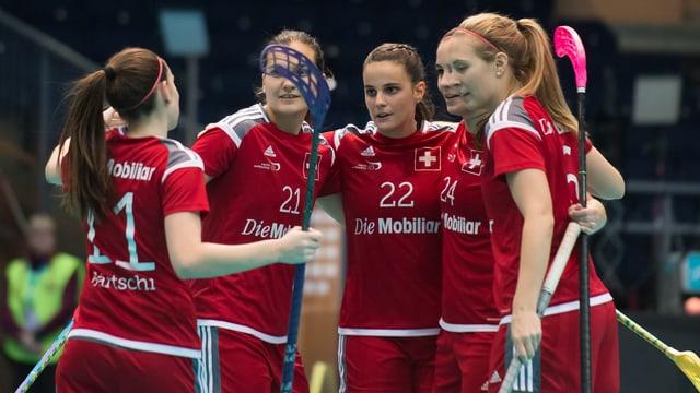 5 Schweizer Spielerinnen stehen auf dem Feld zusammen.