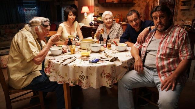 5 Menschen sitzen an einem Tisch