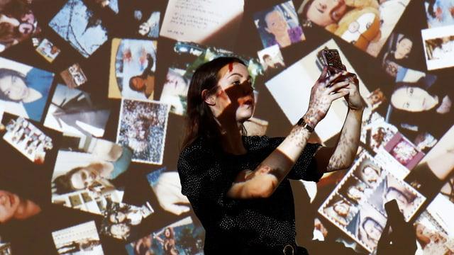 Eine Frau vor vielen Selfies macht ein Selfie