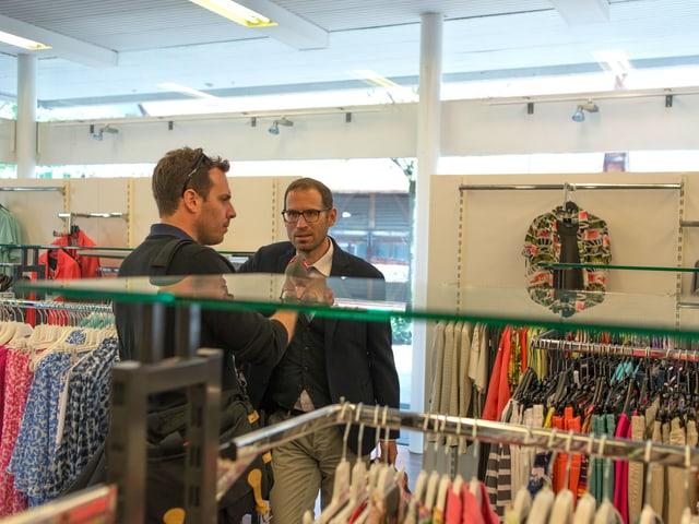 SRF 3 Stilexperte Jeroen van Rooijen und Tom Gisler begutachten Mode in der Schweizer Agglo.
