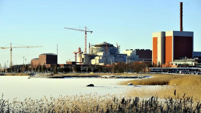 Eine Kernkraftwerk an der Meeresküste.