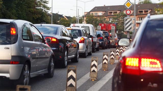 Viele Autos stehen im Stau.