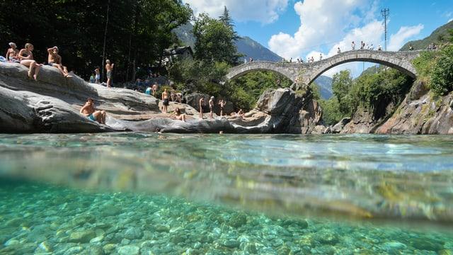 klares Wasser und Brücke über Verzasca-Fluss