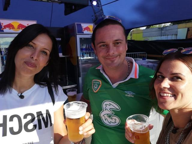 Chris, Bier-Spendeur Simon und Mitch.