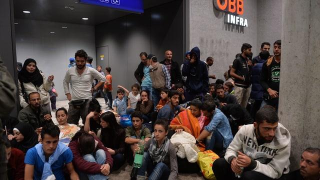 fugitivs spetgan a la staziun da Salzburg en l'Austria
