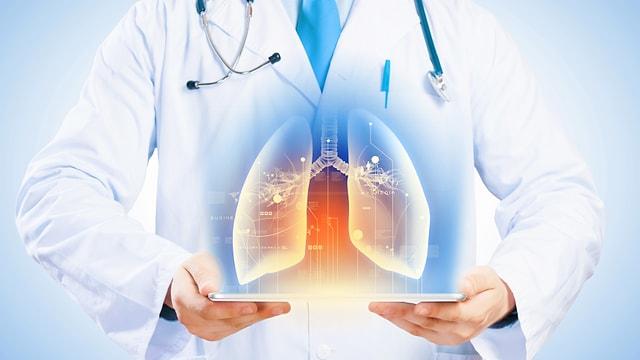 Grafik eines Arztes mit einem 3-D-Lungenmodell.