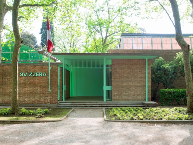Der Eingang zum Schweizer Pavillon. Er ist grün.
