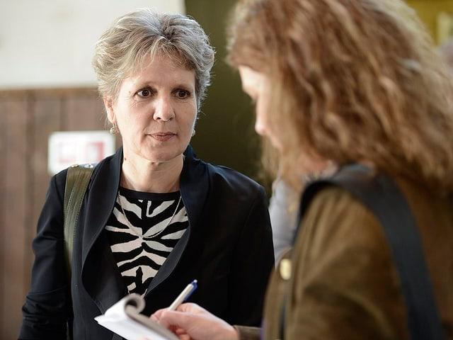 Brigit Wyss gibt einer Zeitungsjournalistin ein Interview nach den Wahlen in Solothurn.