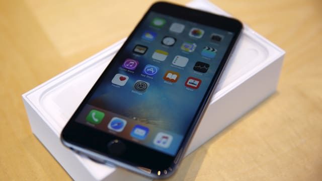Das iPhone 6s auf einem Tisch.