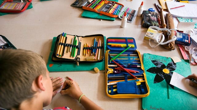 Ein Kind zeichnet.