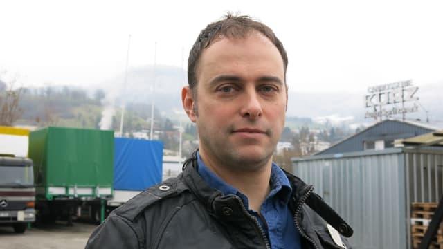 Portrait von Tom Kreienbühl, er schaut dabei in die Kamera.