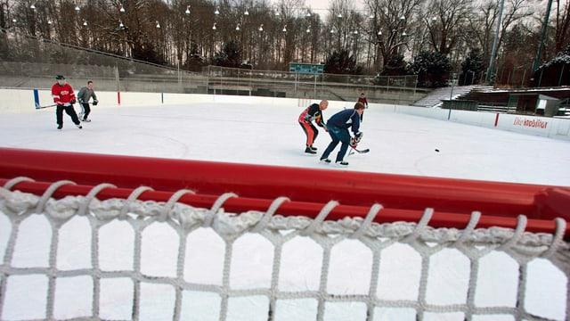Eishockeyspieler auf dem Eisfeld Weyermannhaus in Bern.