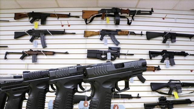 Halbautomatische Waffen in einem US-Geschäft.