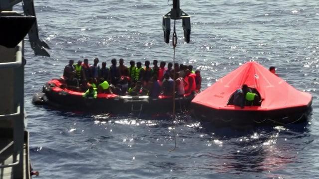 Die irische Marine bei ihrem Rettungseinsatz vor der libyschen Küste. Ein Rettungsboot ist gefüllt mit Flüchtlinge.