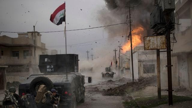 Irakische Soldaten kämpfen sich durch die Strassen Mossuls