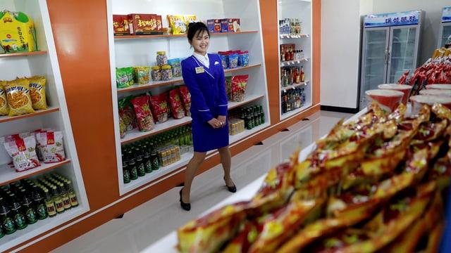 Eine Verkäuferin bei der Einweihung eines Geschäftes in Pjöngjang