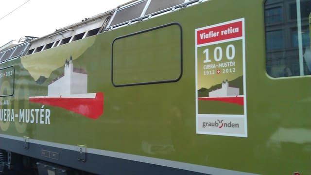 La locomotiva verda da la Viafier retica duai carmalar blers osps en Surselva.