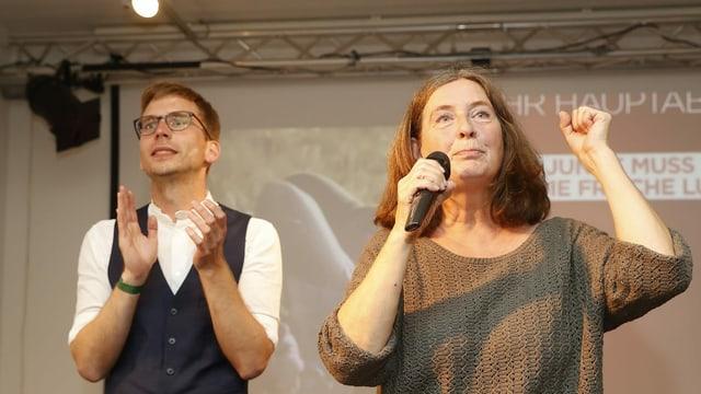 Elke Kahr (KPÖ /rechts) und Stadtrat Robert Krotzer (KPÖ) während der Wahlparty der KPÖ im Volkshaus anl. der Gemeinderatswahl am Sonntag, 26. September 2021, in Graz.