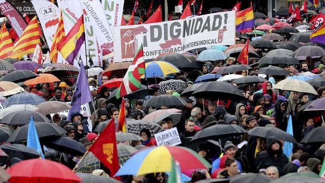 Vista sin ina fulla da demonstrants a Madrid.