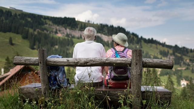 Rentner sitzen auf Bank auf Rigi.