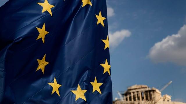 Grossaufnahme EU-Fahne mit einem Griechentempel im Hintergrund