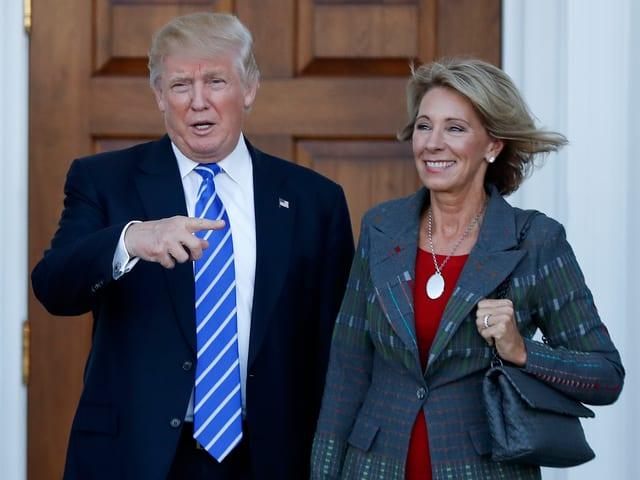 Donald Trump stellt Betsy DeVos als neue Bildungsministerin vor.