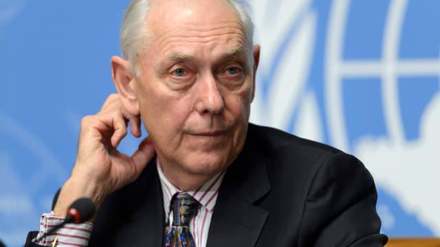 Smith vor einem UNO-Emblem.