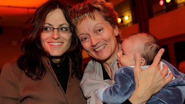Eveline Widmer-Schlumpf mit ihrer Tochter Carmen und Baby.