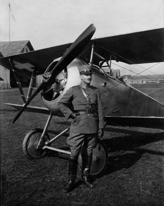 Oskar Bider in Dübendorf vor einer Nieuport 23C-1.