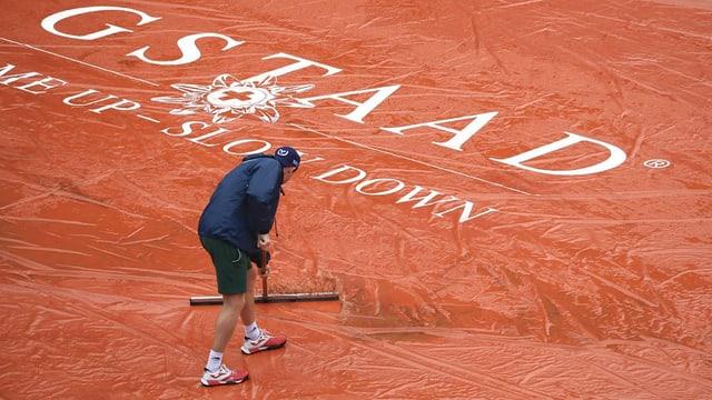 Der Sand auf dem Tennisturnier-Spielfeld in Gstaad wird bereitgemacht.