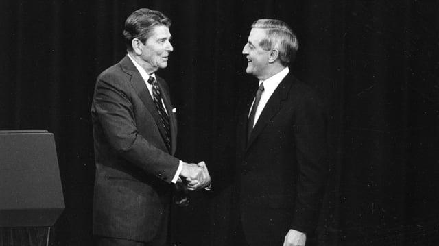 Ronald Reagan und Walter Mondale beim Handshake.