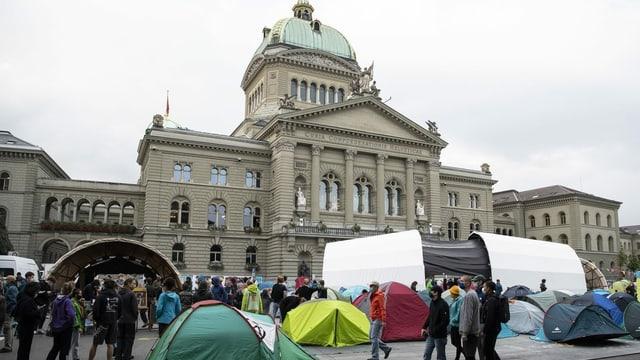 Bundeshaus mit Zelten davor