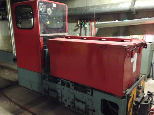 Die rote Lokomotive der wenig bekannten Zürcher Untergrundbahn.