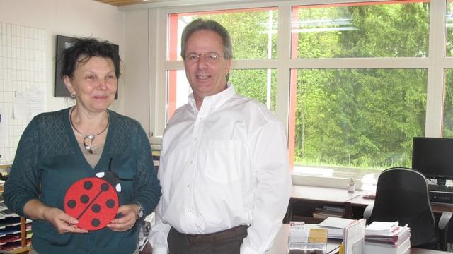 Branka und Martin Wernli posieren in ihrem Büro