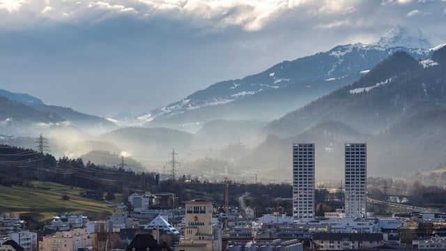 Blick auf Stadt von oben am Morgen