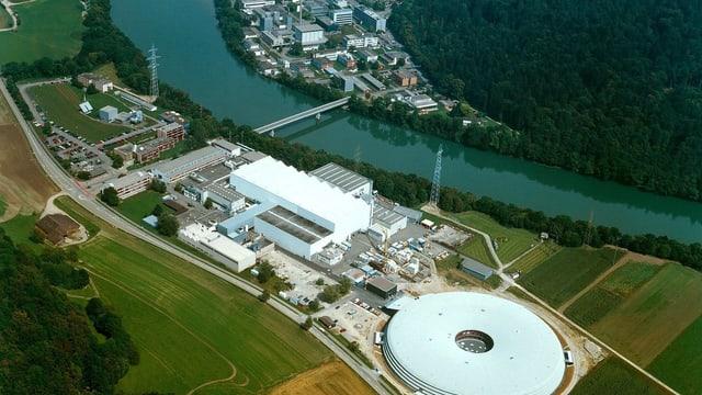 Luftaufnahme eines grossen Industrielareals.