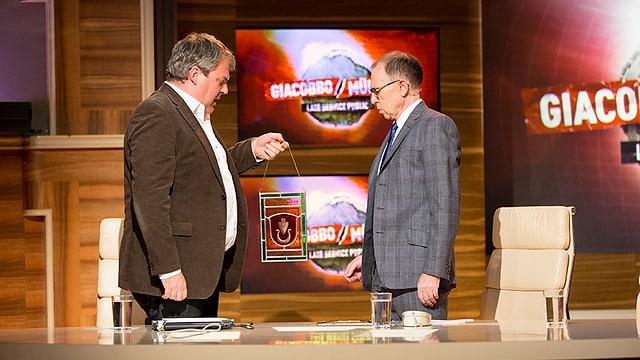 Mike Müller überreicht Viktor Giacobbo eine Wappenscheibe zu Beginn der Sendung.