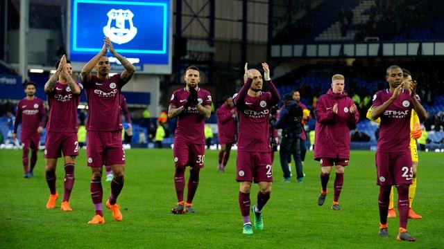 Manchester City lässt sich von den Fans feiern.