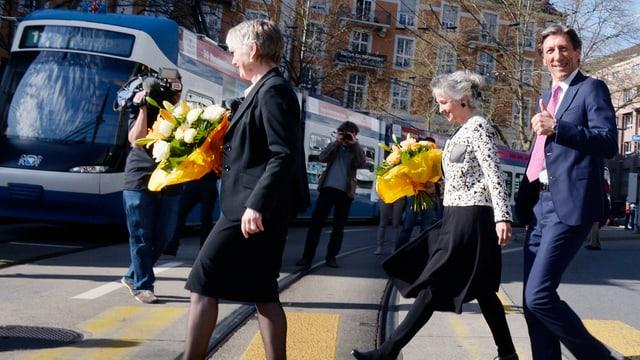 Die Zürcher Regierungsräte Thomas Heiniger, Jacqueline Fehr und Carmen Walker Späh überqueren einen Fussgängerstreifen.