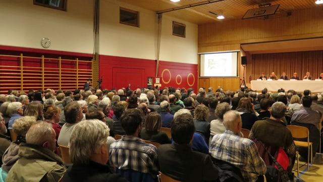 Mitholzerinnen und Mitholzer bei der Info-Veranstaltung