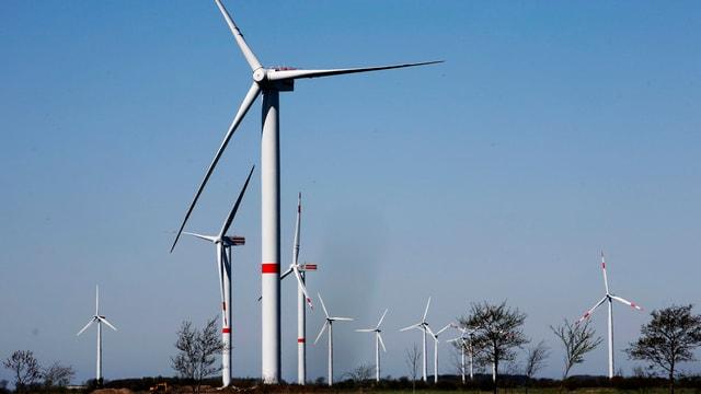 Ein deutscher Windpark mit mehreren Windrädern bei Sonnenschein