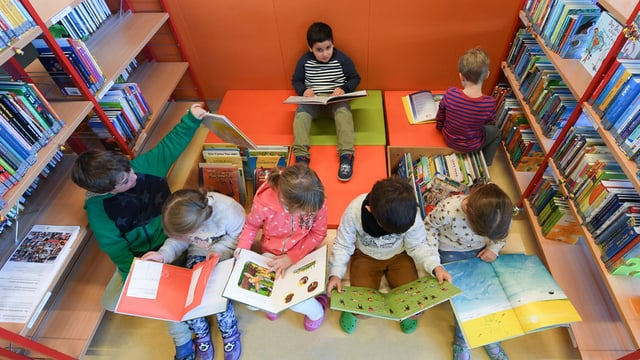 Kinder am Lesen